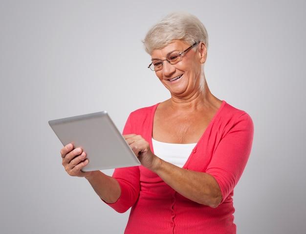 Ältere frau hält sich mit neuen technologien auf dem laufenden Kostenlose Fotos