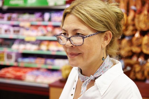 Ältere frau im supermarkt Kostenlose Fotos
