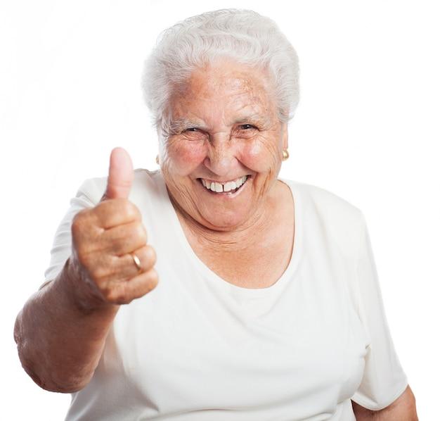 Ältere frau mit einem daumen nach oben Kostenlose Fotos