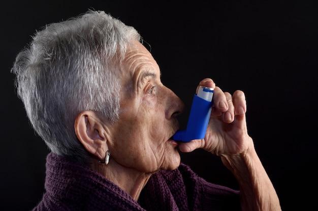 Ältere frau mit inhalator Premium Fotos