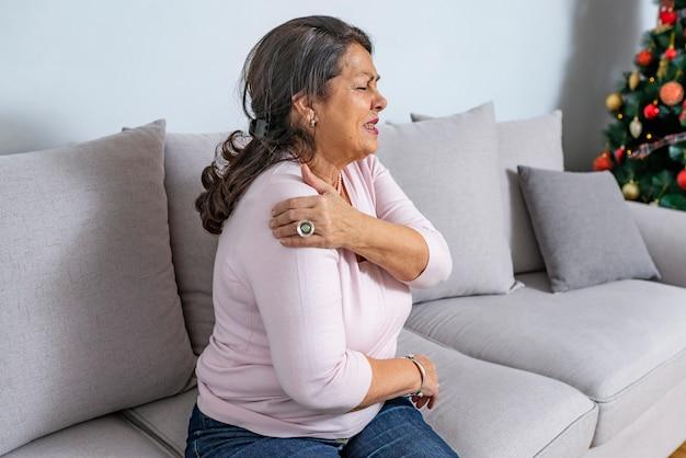 Ältere frau mit schulterschmerzen Premium Fotos