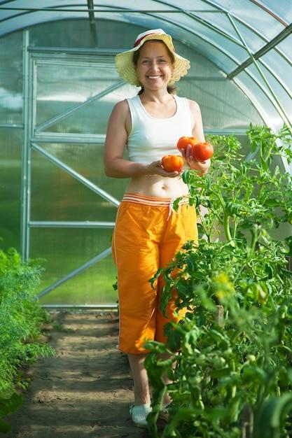 Ältere frau mit tomate Kostenlose Fotos