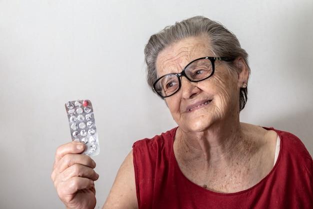 Ältere frau traurig darüber, dass ihr die medizin ausgeht Premium Fotos