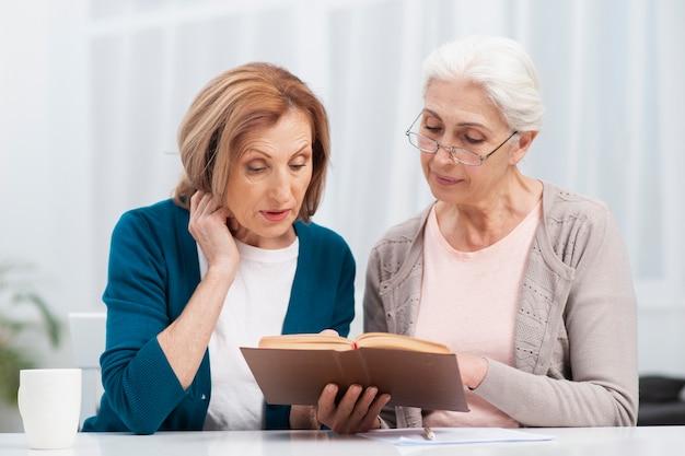 Ältere frauen, die ein buch lesen Kostenlose Fotos