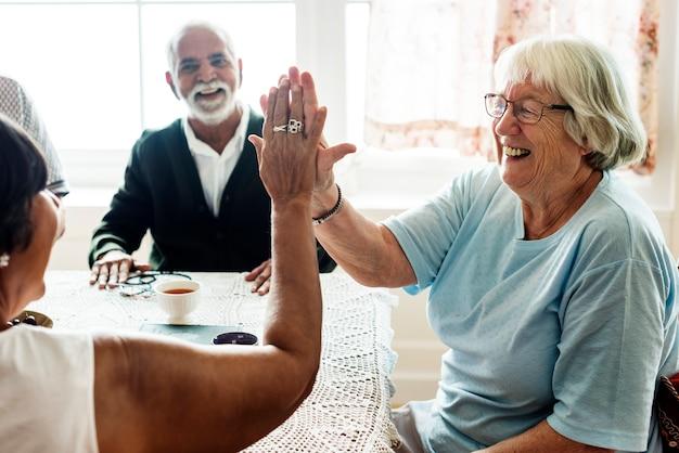 Ältere frauen, die hoch fünf geben Kostenlose Fotos