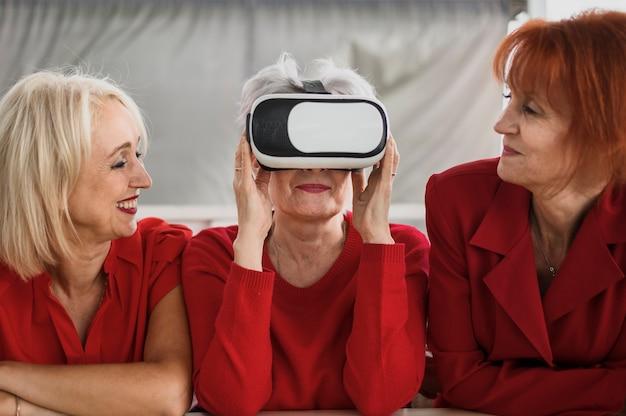 Ältere frauen, die vr technologie einsetzen Kostenlose Fotos