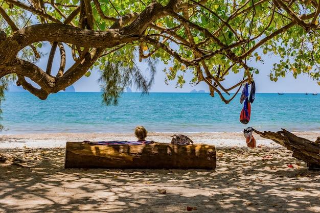 Ältere frauen ruhen sich am strand aus Premium Fotos