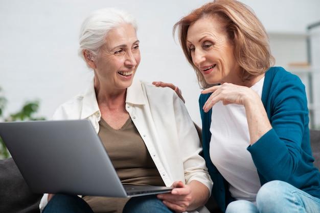 Ältere frauen zusammen mit einem laptop Kostenlose Fotos