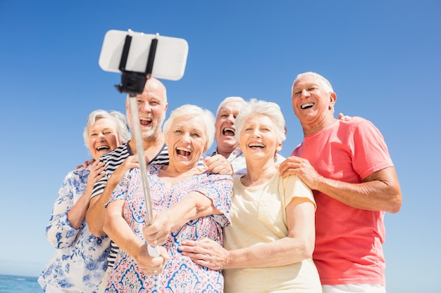 Ältere freunde, die selfie nehmen Premium Fotos