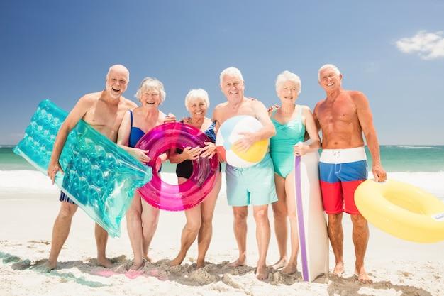 Ältere freunde mit strandzubehör Premium Fotos