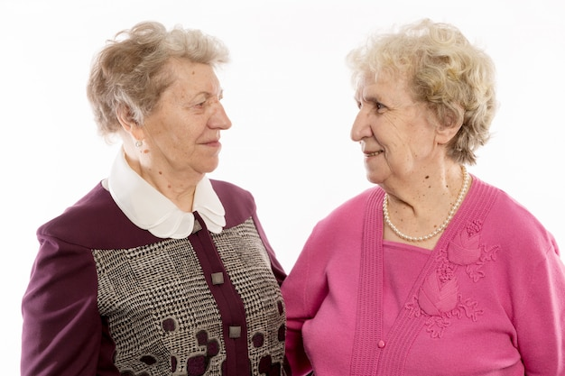 Ältere freunde umarmen sich und lachen Premium Fotos