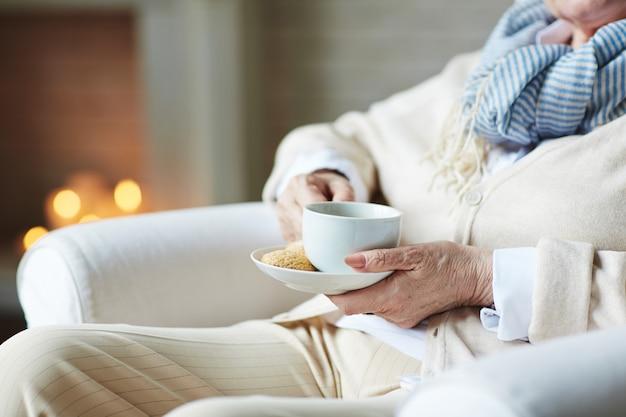 Ältere geschäftsfrau, die sich zu hause entspannt Kostenlose Fotos