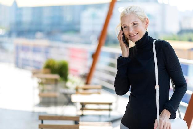Ältere geschäftsfrau im freien auf einem telefonanruf Kostenlose Fotos