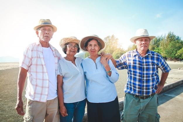 Ältere gruppen kommen zum meer, um sich im ruhestand zu entspannen. Premium Fotos