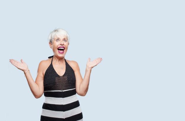 Ältere kühle frau, die ein konzept ausdrückt Premium Fotos