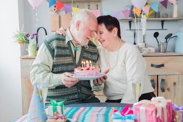 Ältere leute, die geburtstag feiern Kostenlose Fotos
