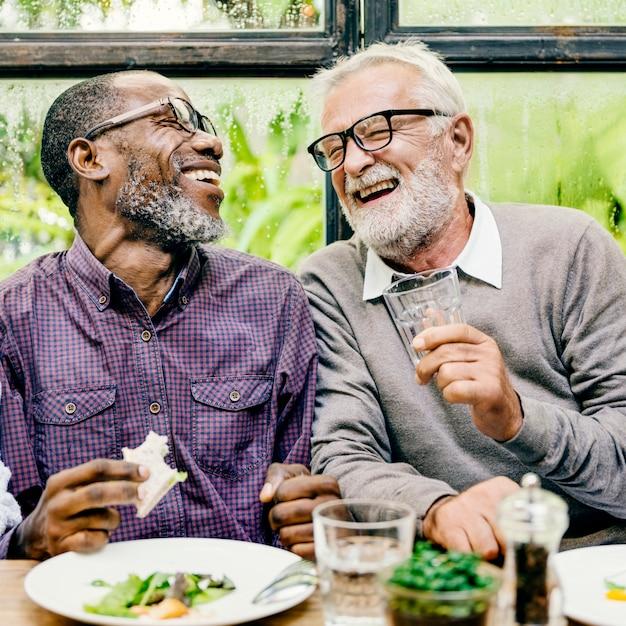 Ältere männer entspannen sich den lebensstil, der konzept speist Premium Fotos