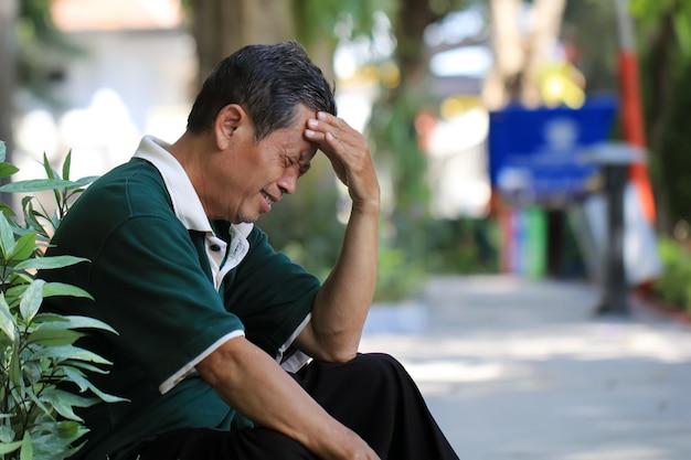 Ältere männer mit kopfschmerzen Premium Fotos