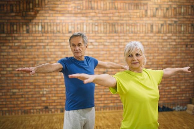 Ältere menschen, die balanceübung tun Kostenlose Fotos