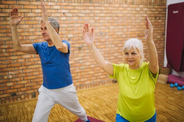 Ältere menschen machen gymnastik Kostenlose Fotos