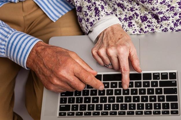 Ältere paare der nahaufnahme unter verwendung eines laptops Premium Fotos