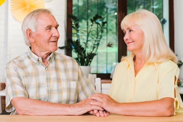 Ältere paare, die das handsitzen sich halten Kostenlose Fotos