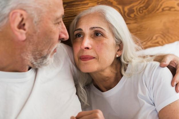 Ältere paare, die einander betrachten Kostenlose Fotos
