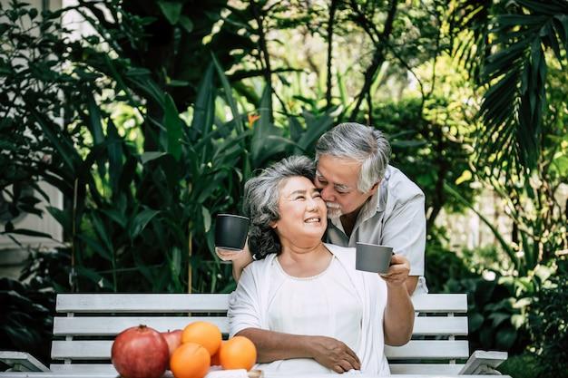 Ältere paare, die etwas obst spielen und essen Kostenlose Fotos