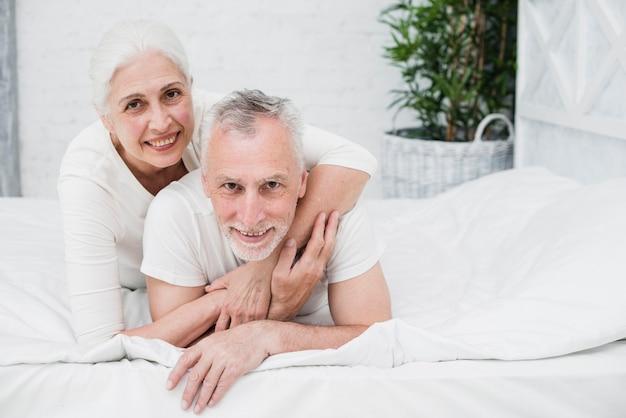 Ältere paare, die für ein foto aufwerfen Kostenlose Fotos