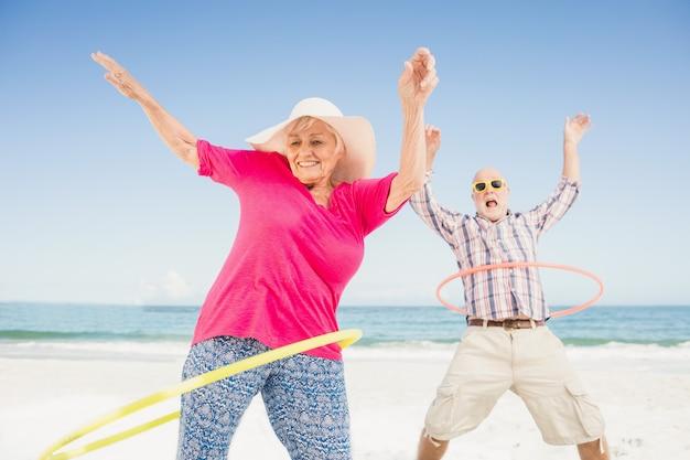Ältere paare, die hula band tun Premium Fotos
