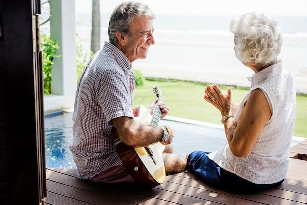 Ältere paare, die ihre ferien genießen Premium Fotos