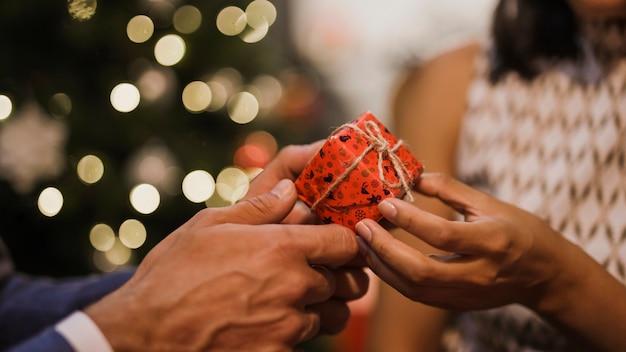 Ältere paare, die weihnachtsgeschenke austauschen Kostenlose Fotos