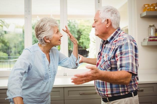 Ältere paare, die zu hause miteinander argumentieren Premium Fotos