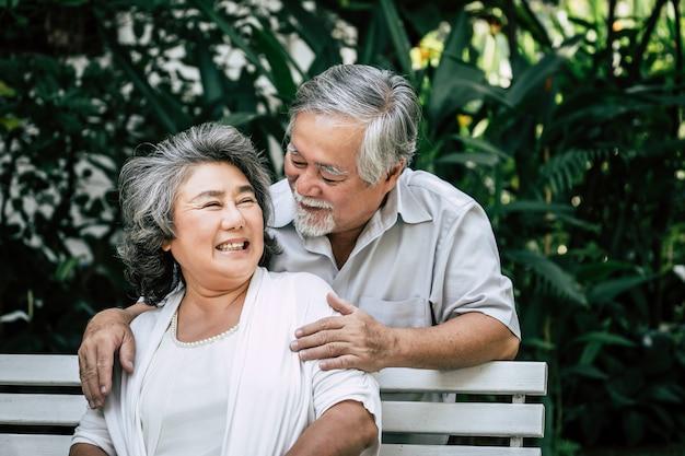 Ältere paare, die zusammen am park spielen Kostenlose Fotos