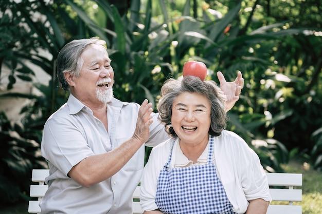 Ältere paare, die zusammen gesundes lebensmittel kochen Kostenlose Fotos