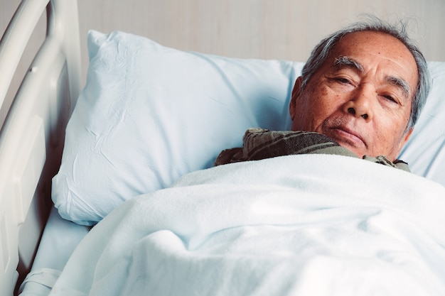Ältere patienten im krankenhausbett Premium Fotos