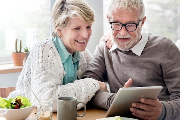Älterer erwachsener, der tablet-lesekonzept hält Premium Fotos