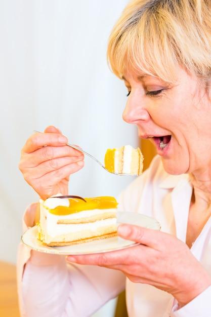 Älterer essenkuchen am nachmittag Premium Fotos