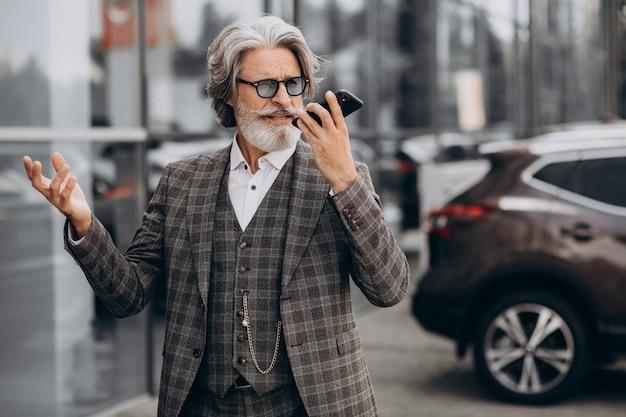 Älterer geschäftsmann, der am telefon spricht Kostenlose Fotos