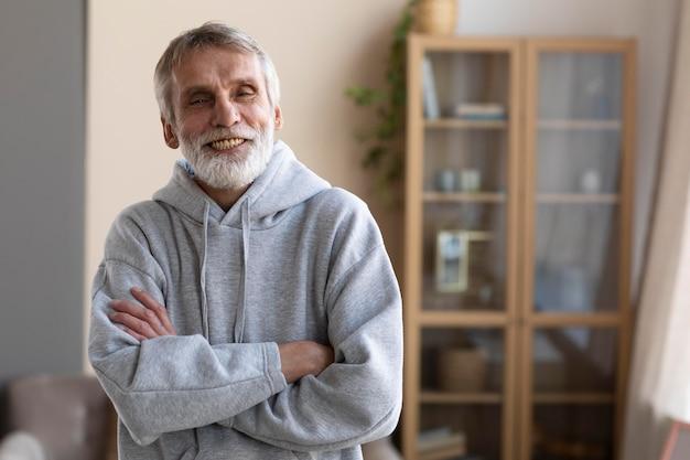 Älterer mann bereit, zu hause zu trainieren Kostenlose Fotos