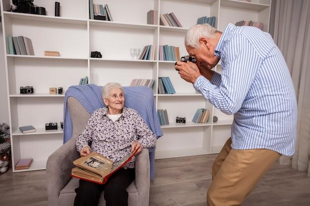 Älterer mann, der ein foto des partners macht Kostenlose Fotos