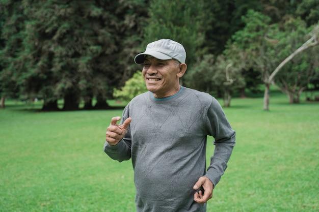 Älterer mann, der im garten läuft Premium Fotos