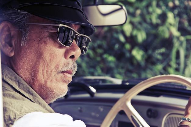 Älterer mann, der in seinem auto sitzt Premium Fotos