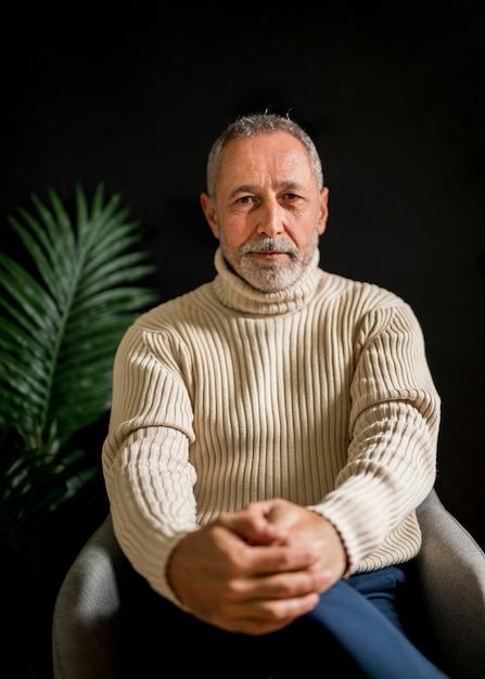 Älterer mann, der intensiv starrend denkt Kostenlose Fotos