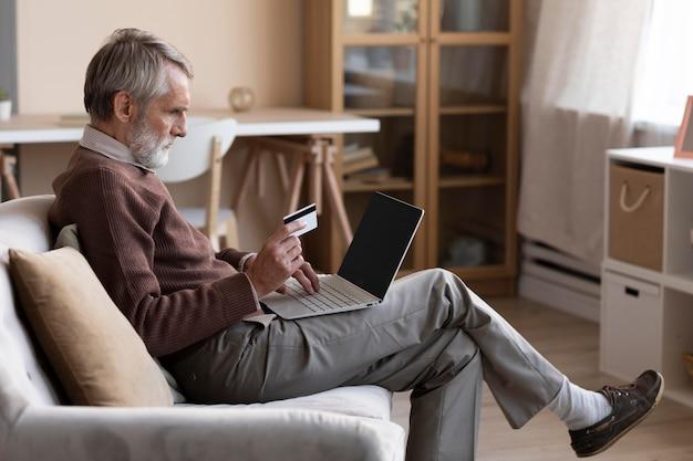 Älterer mann, der online kauft Premium Fotos