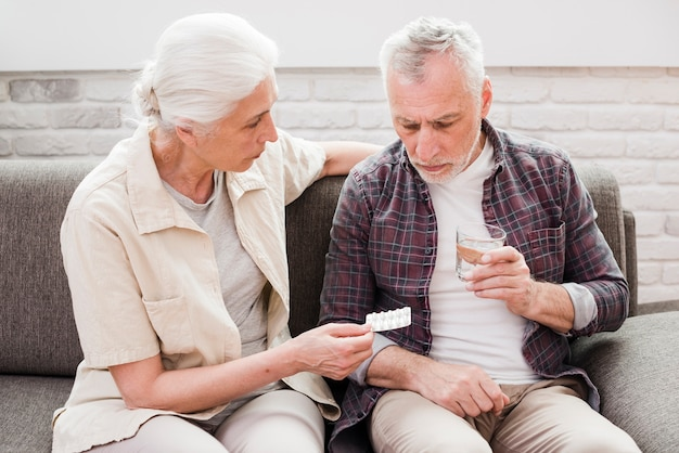 Älterer mann, der seine medizin hat Kostenlose Fotos