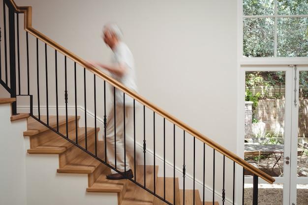 Älterer mann, der treppe hinaufgeht Kostenlose Fotos