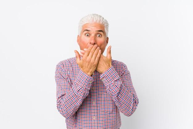 Älterer mann entsetzter bedeckungsmund mit den händen Premium Fotos