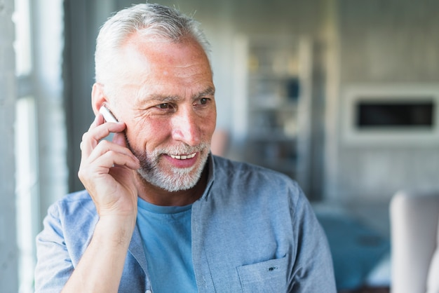 Älterer mann mit drahtlosem bluetooth kopfhörer Kostenlose Fotos