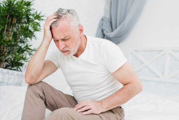 Älterer mann mit kopfschmerzen Kostenlose Fotos